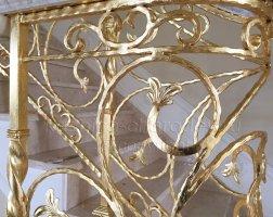 Золотая поталь на кованых перилах