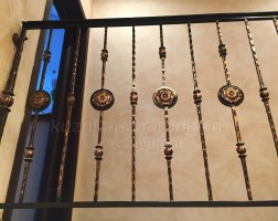 Элементы кованых перил в частном доме