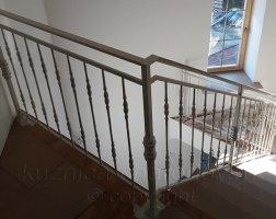 Верхний этаж дома лестница с коваными перилами