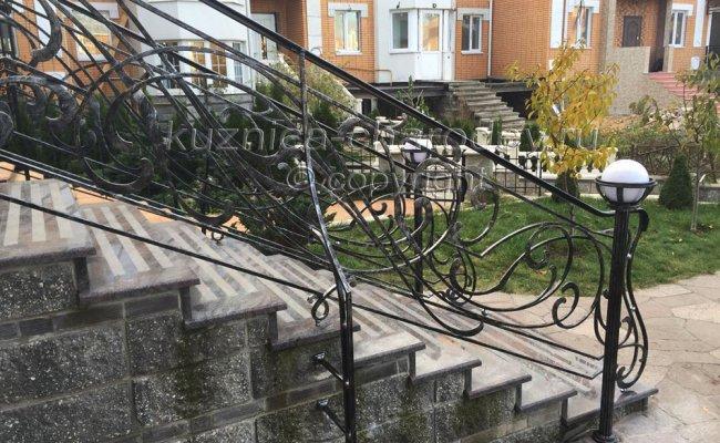 Установленные кованые перила на улице