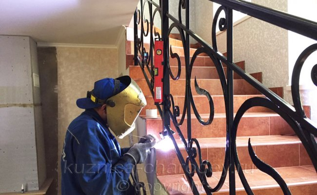 Монтаж кованых перил на лестнице дома