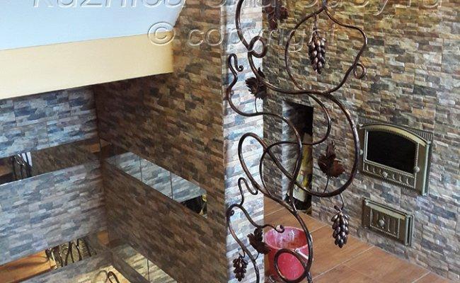 Кованая лоза, выход на второй этаж дома