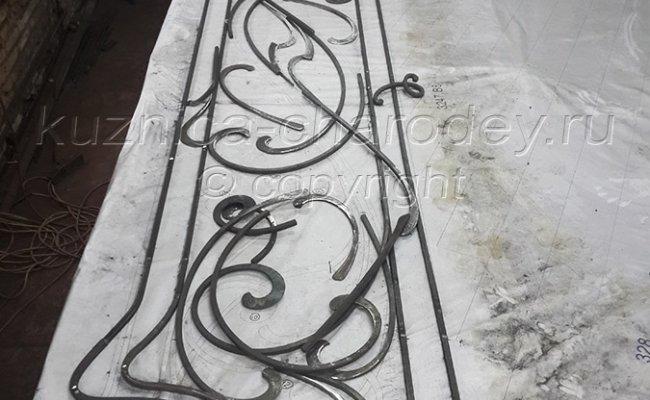 Элементы кованых перил на сборочном столе